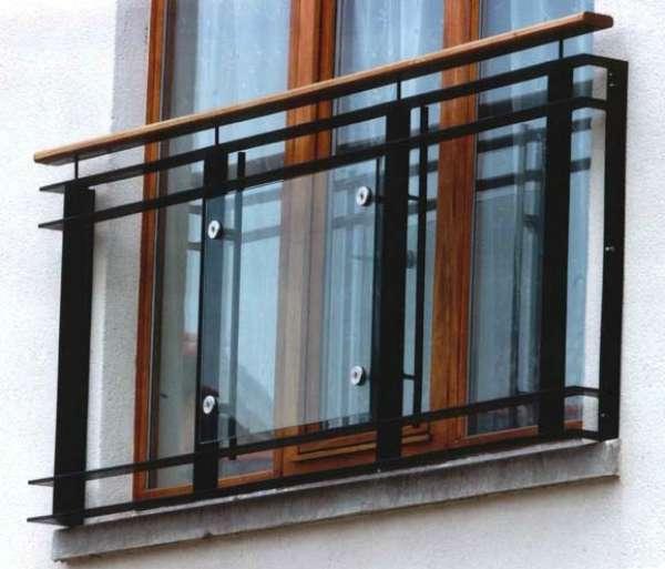 Ограждение французского окна со стеклом.