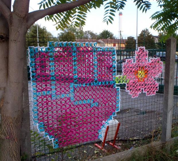 Как украсить забор из сетки