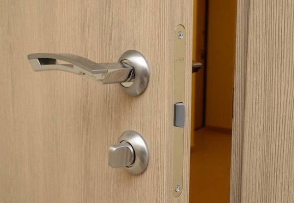 Как подобрать дверные ручки и заменить замок?