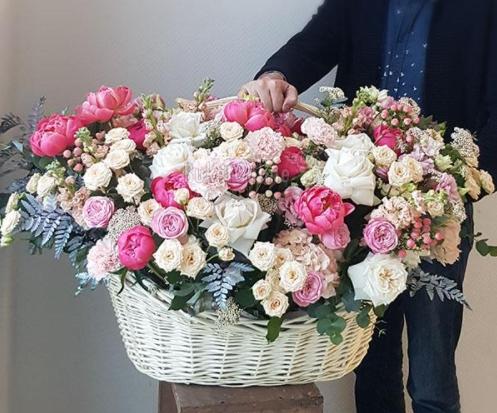 Огромная корзина цветов, о которой мечтают девушки